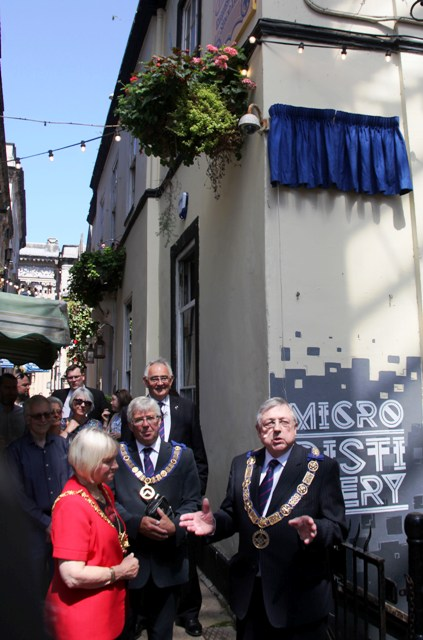 Mayor unveils the plaque